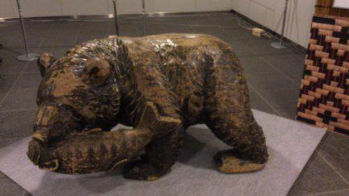 白老小学校の木彫りのクマ
